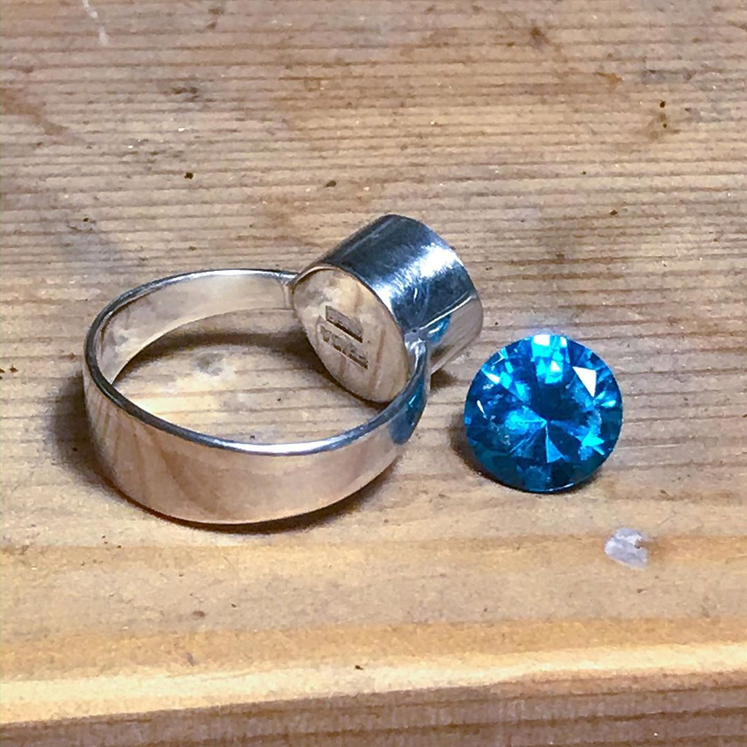 Let's talk bezels. Here is an almost finished product. All that is left is placing the gem in the bezel. Are you #TeamBezel? Designer: IG | _fridayfrida_ #rings #ringmaker #jeweler #jewelery #handmade #handmadejewelery  #jotd #jewelryoftheday  #design #designer #warableartpic.twitter.com/jszmb8BN7X