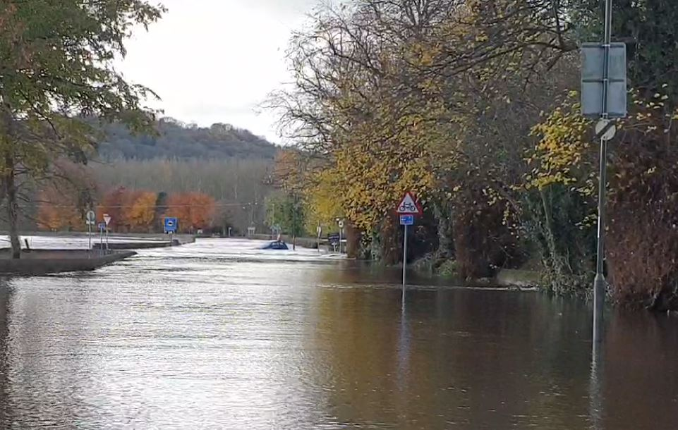 BREAKING: Womans body recovered from Darley Dale flood water bbc.in/33uEuci
