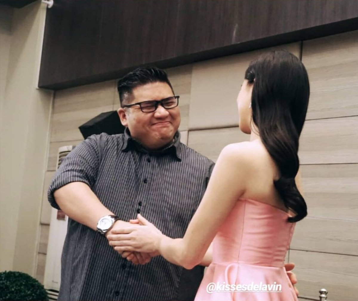 shaking with both hands means showing some love and respect to the person.  that's the right attitude dahil tamang pagpapalaki ng magulang  @KissesDelavin KISSES SaMEGAndaViceCo #KissesDelavin<br>http://pic.twitter.com/XzpK75Moou