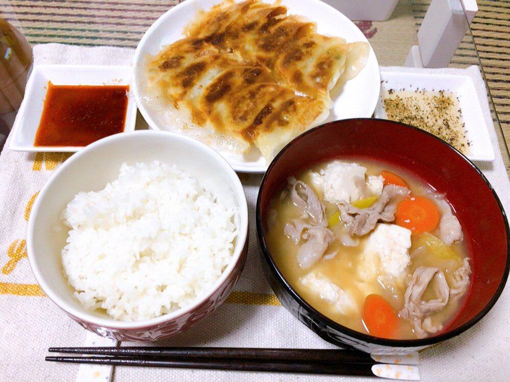 本日の #夕ごはん🥟🥟😋⑅⃝餃子⑅⃝豚汁こんな時間に・・・・(ll゚艸゚ll)ハッ!!!そういえば私、ダイエット中だったんだ( ゚д゚)オ…マイガー…ご飯のお代わりはやめとこ(இдஇ`。)シクシク…#おうちごはん#twitter家庭料理部#お腹ペコリン部