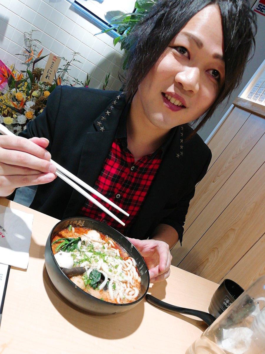 歌舞伎町で酸辣湯麺行って来たとか行きたいってツイートがちょっと前よく流れてたから、その類いかな?と思い新しくミナミのど真ん中に出来た麻辣湯とやらを頂きました。麻婆麺や担々麺とは違い、山椒が効いてだいぶ辛い仕上がりに。麺なしに出来たから、ダイエットにもオススメ。辛さミスったけど←