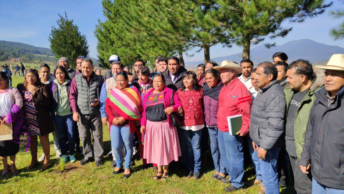 @AnimasLeticia estuvo con becarios del programa Jóvenes Escribiendo el Futuro👩🎓👨🎓 en una campaña de reforestación🌲en #Michoacán.  También acompañó en la entrega de 300 tarjetas de #EducaciónBásica a mamás de la Comunidad Indígena de Santa Cruz Tanaco, Municipio Cherán.