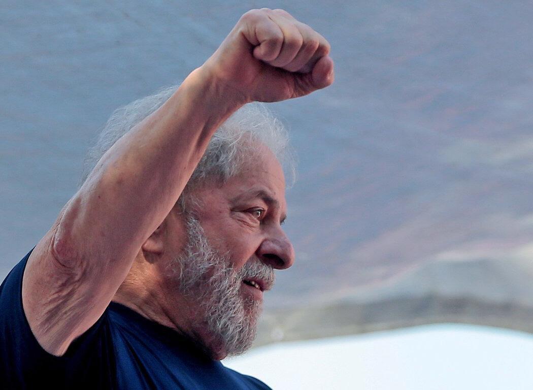 Conmueve la fortaleza de @LulaOficial para afrontar esta persecución (solo esa definición le cabe al proceso judicial arbitrario al que fue sometido). Su entereza demuestra no solo el compromiso sino la inmensidad de ese hombre.   ¡Viva #LulaLivre!