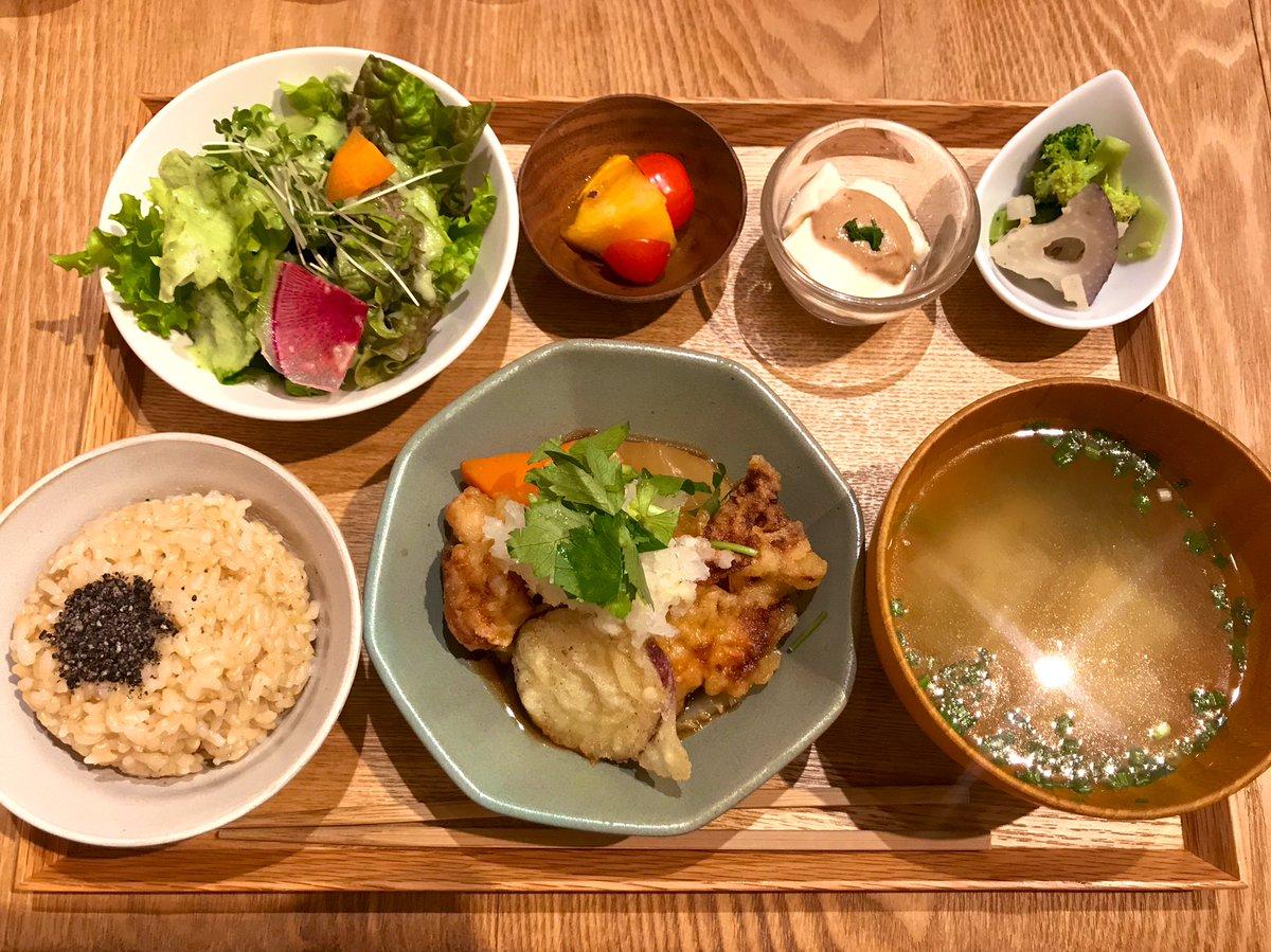 大手町の「実身美」でみきちゃんと玄米ランチプレートいただきました メインは清流若鶏の天ぷらとお野菜おろし煮 化学調味料を一切使っていない、優しい定食にほっこり 東京には大手町の店舗のみの展開になります #玄米ランチ #実身美 #大手町ランチ #豆乳プリン #食欲の秋 pic.twitter.com/Bl33X67OXX
