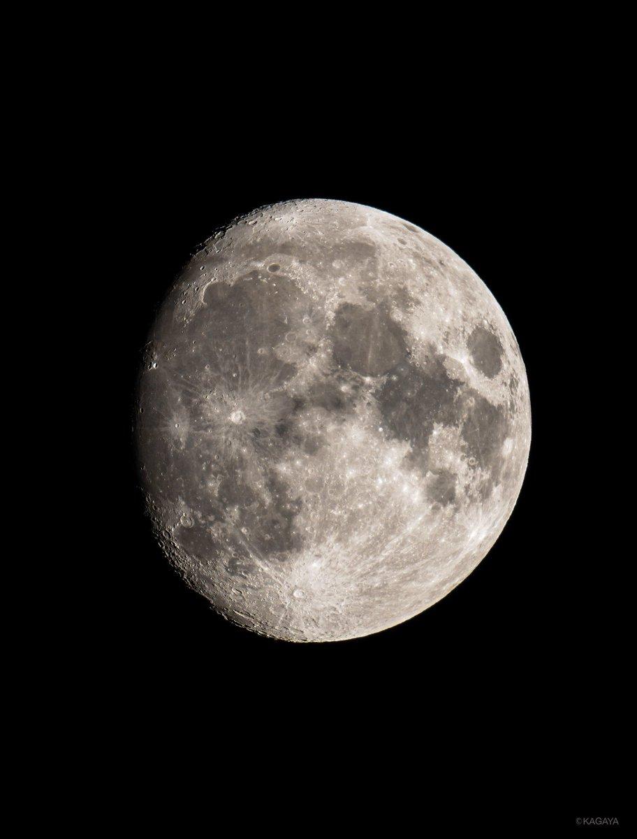 空をご覧ください。 満月に次いで美しいといわれる十三夜月が輝いています。 写真は今望遠鏡を使って撮影したものです。