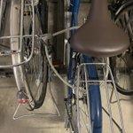 自転車を駐輪場に止めてたら、隣の自転車に意味不明な止め方をされる…