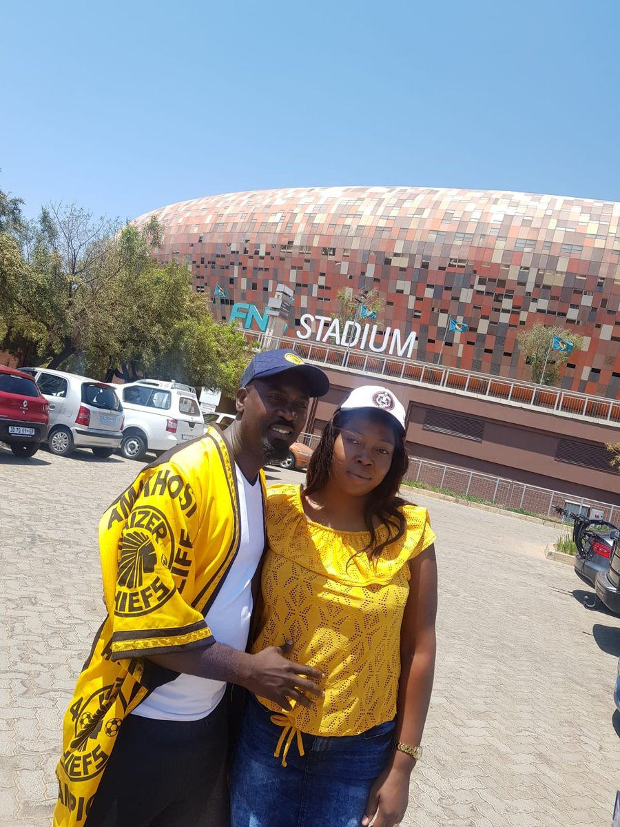 Mzanzi your favourite couple is catching the derby today. Bhut Hector for Chiefs and sis Nonhlanhla for Pirates, who will take it? #KFCProposal #SowetoDerby 💀 ✌️