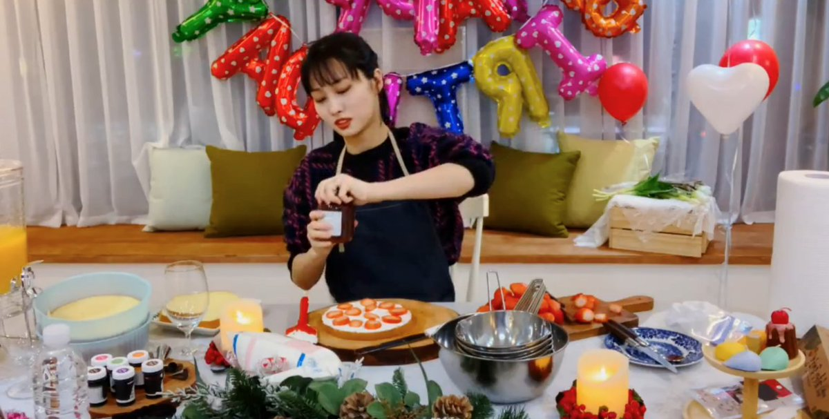 Momo is on vlive doing a full cooking show for her birthday  This cooking queen   https://www. vlive.tv/video/159786      #HappyMOMOday <br>http://pic.twitter.com/aDCWmcU9Iw