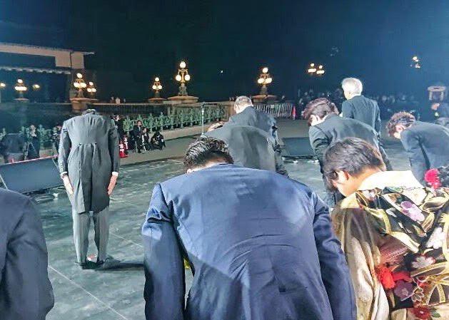 天皇皇后両陛下のお出ましを仰ぎ、皇居前広場に数多くの皆様が集まり、天皇陛下の御即位をお祝いする国民祭典が開催されました。 辻井伸行さんのピアノ嵐の皆さんの歌唱により披露された奉祝曲とともに国民の皆様と心を一つにして天皇陛下の御即位や新しい時代の輝かしい幕開けをお祝いいたしました。