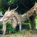 突如民家に現れた龍・・・!木と藁で作られた迫力満点の作品がすごい!
