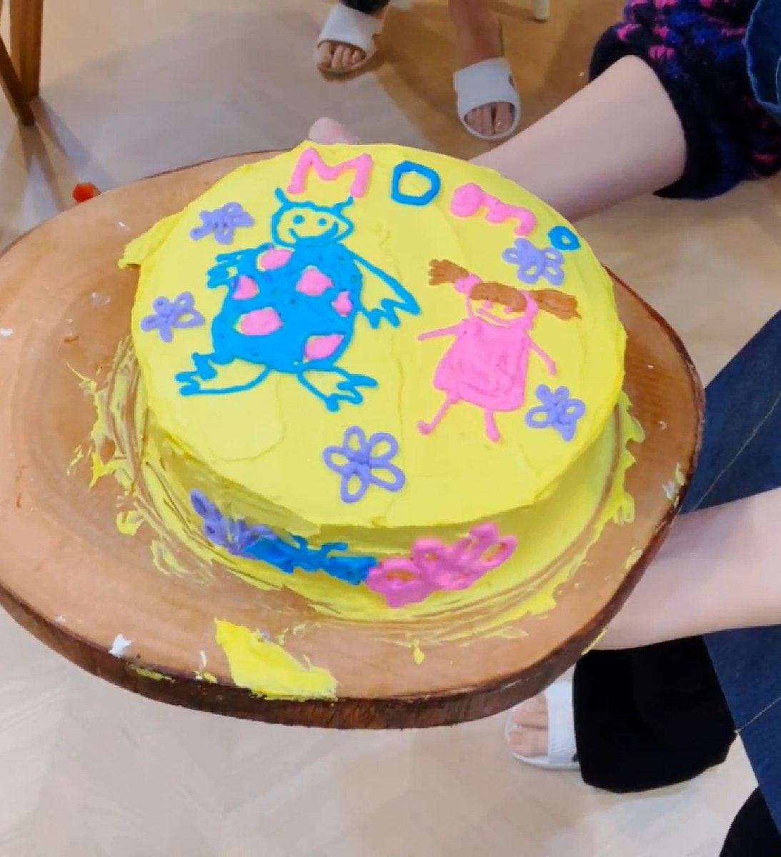 The cake decorated by Momo   Sully, Boo with Momo's name #HappyMOMOday #모모야생일축하해<br>http://pic.twitter.com/mQ0W79Ug25