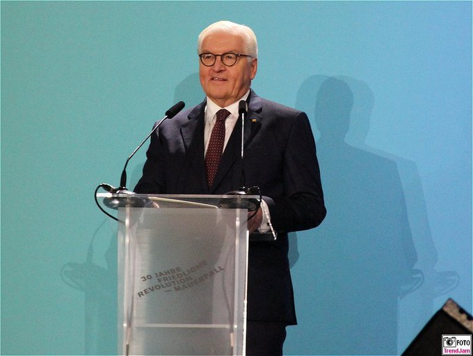 BPr Steinmeier auf der Bühne am BrandenburgerTor: Amerik