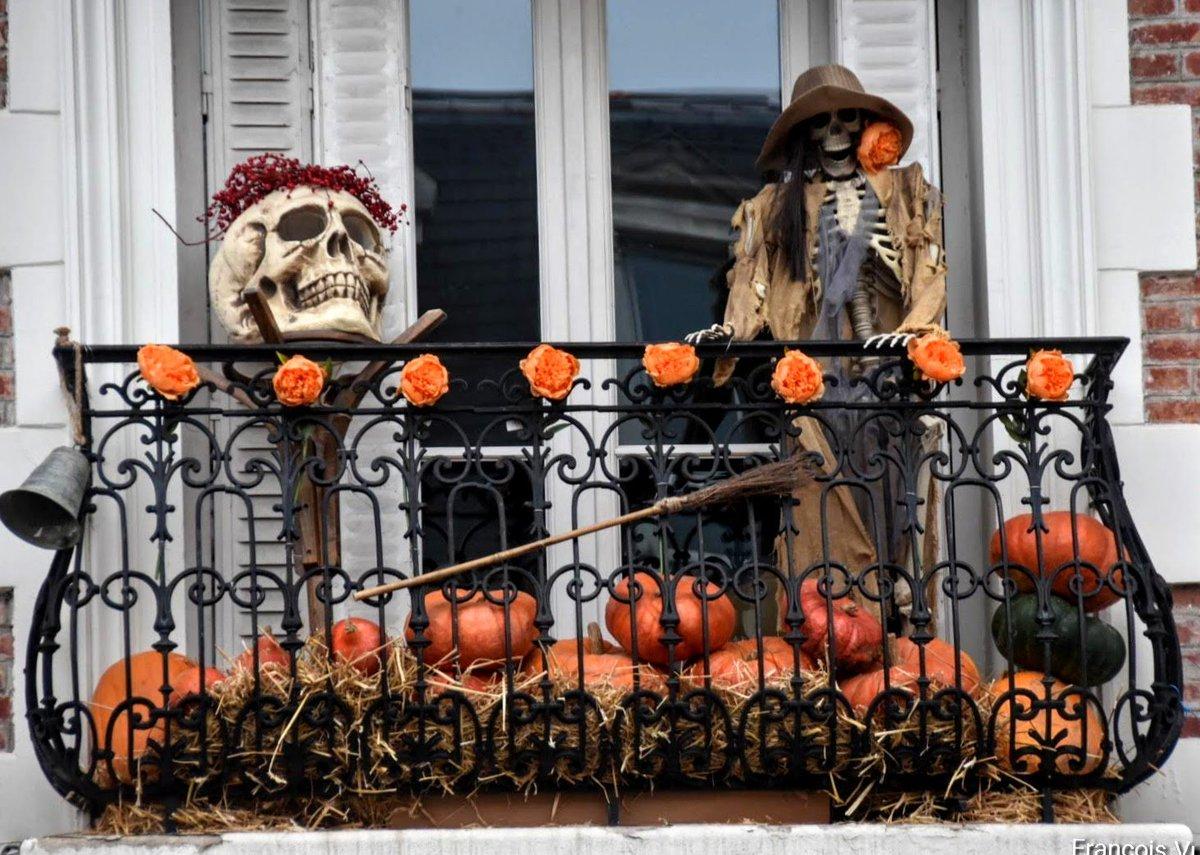 ARGENTEUIL : En revenant d'une brocante sur Argenteuil mon attention fut attiré par un balcon .... avec Halloween ! puis une partie de l'histoire de la commune avec les asperges ! . Crédit : FV  #Halloween  #Argenteuil  #DomontetsaRegion #Asperges