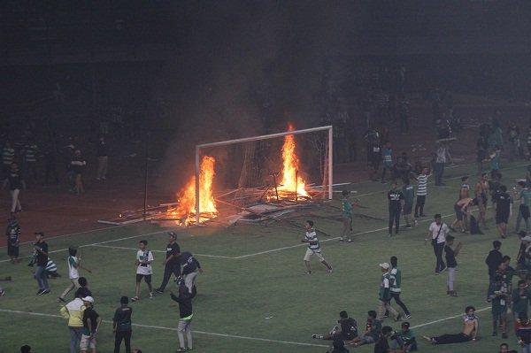 bonek bakar gawang stadion