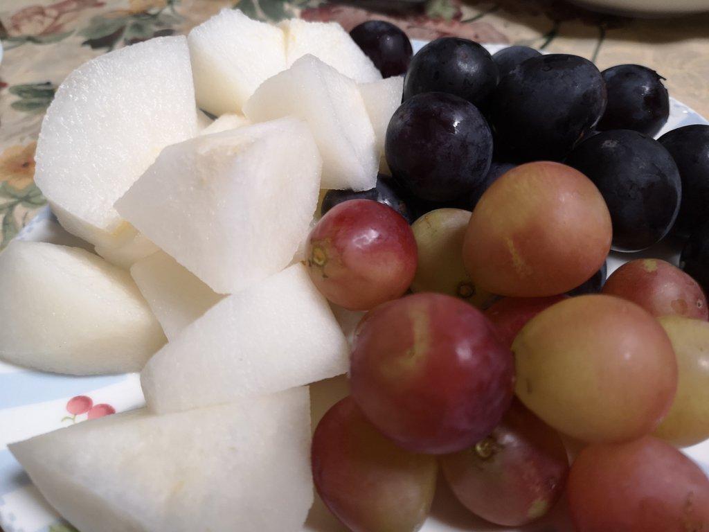 秋のフルーツ😍ぶどうと梨😍ケーキを買おうとしたけど、少しはヘルシーなおやつ兼お昼ごはん(*´ω`*)💕食欲の秋、無理しすぎず我慢しすぎずカロリーカットでダイエット🐖果糖も取りすぎは禁物なのでほどほどに😊🍇🍎