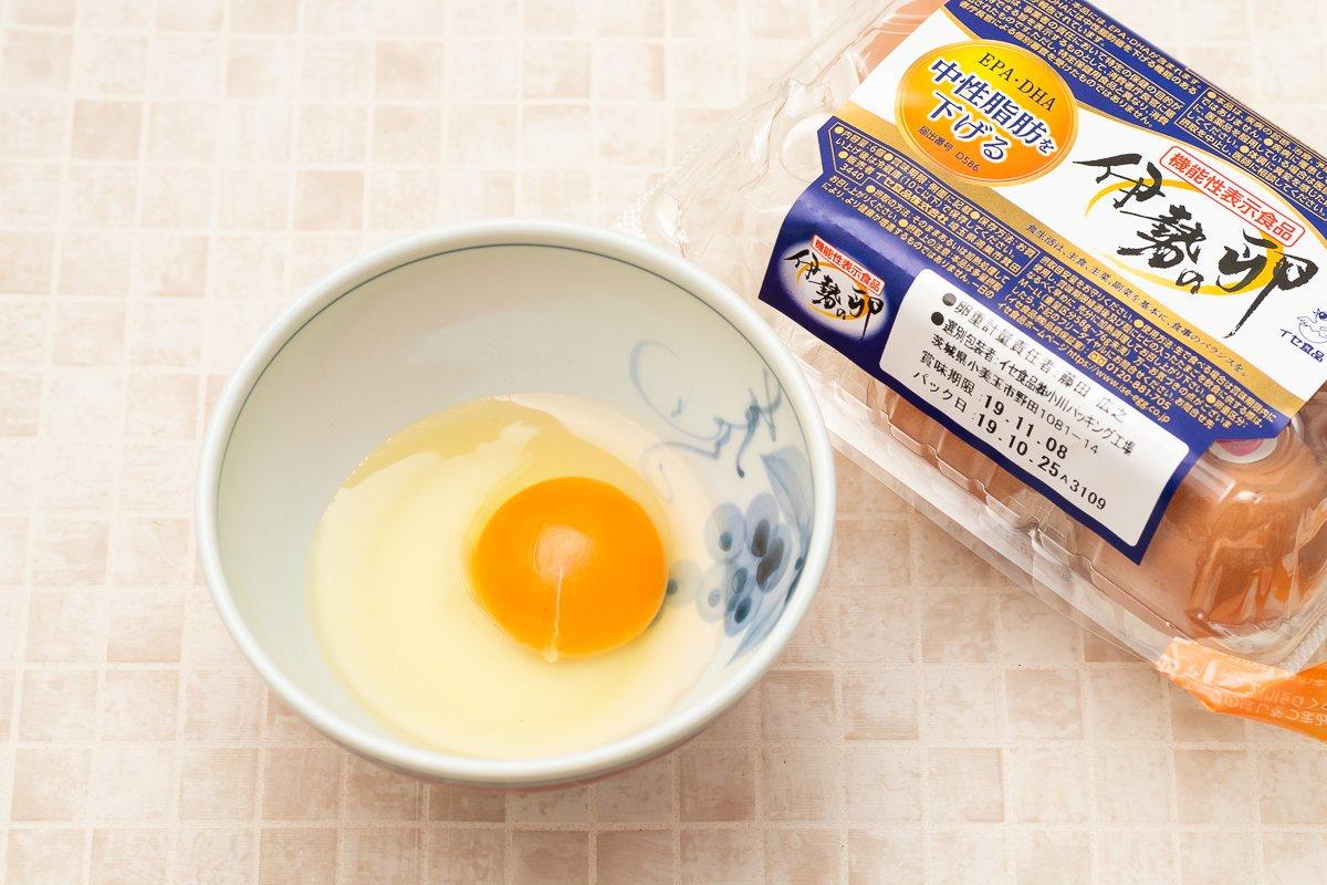 これはヤバいたまご。 マジでとろとろフワッフワたまご。 思わず語尾がたまごになるたまご。 「とろ生TKG」 卵1個に塩ひとつまみを入れて混ぜ 600Wのレンジで20秒 ↓ ひとまぜして再び20秒 ↓ スライスチーズ1枚入れ混ぜ10秒 ↓ 熱々のご飯の上にのせる #たまごかけごはんの日 #卵かけご飯 #TKG