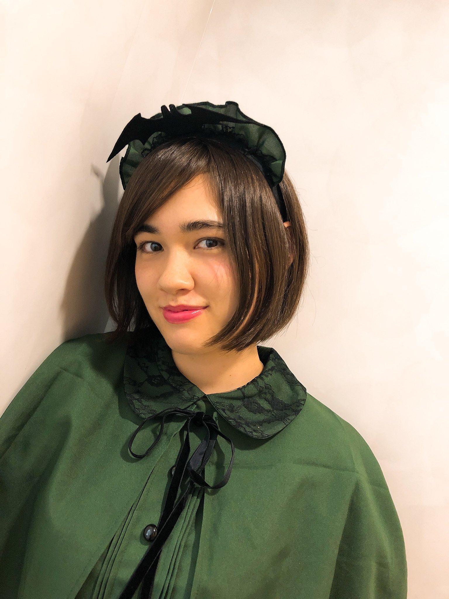 緑色の服を着ている声優のイブ優里安