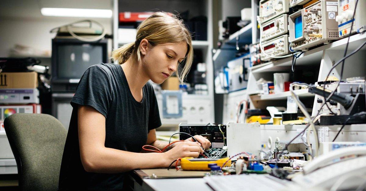 ¡Se buscan ingenier@s! El 50% de las ofertas de empleo están relacionadas con la tecnología y tan solo 2 de cada 10 jóvenes que inician una carrera universitaria en España elige estudiar ingeniería. Compartimos artículo de UNIR Revista donde lo explican 👌 https://t.co/IlrQLoB7LW https://t.co/FPlM7N9RUF