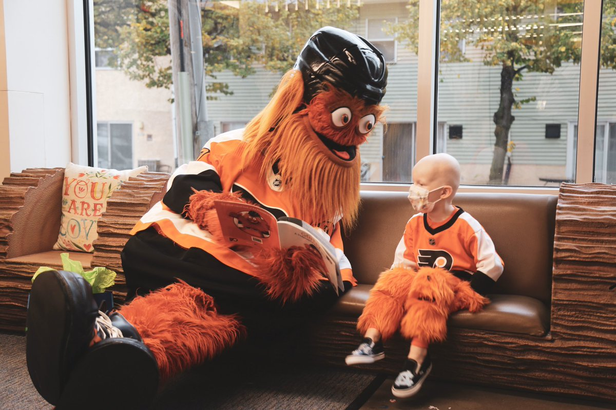 🎉 SURPRISE! 🎉  @GrittyNHL spent the day with Jack Callahan at @PhilaRMH, throwing his buddy an epic 4th birthday party. 🧡🖤
