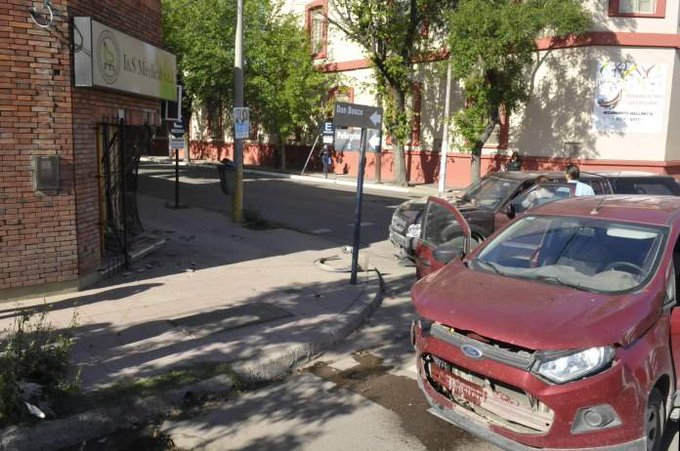 #SantaRosa | Chocó contra una camioneta y terminó dentro de un local