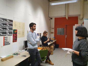 Alvaro, Andrea y Bárbara preparando materiales