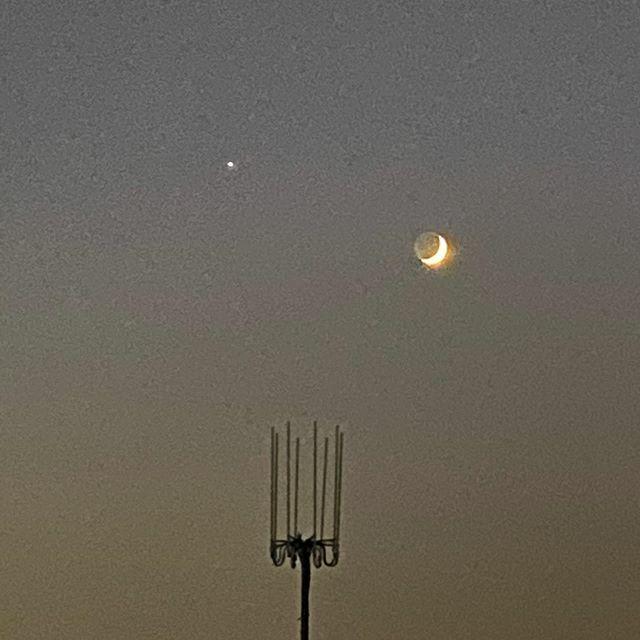 #アンテナ と #月 と #一番星 . #イマソラ #いまそら #ノンフィルター #ノーフィルター #空 #そら #sky #antenna #star #moon