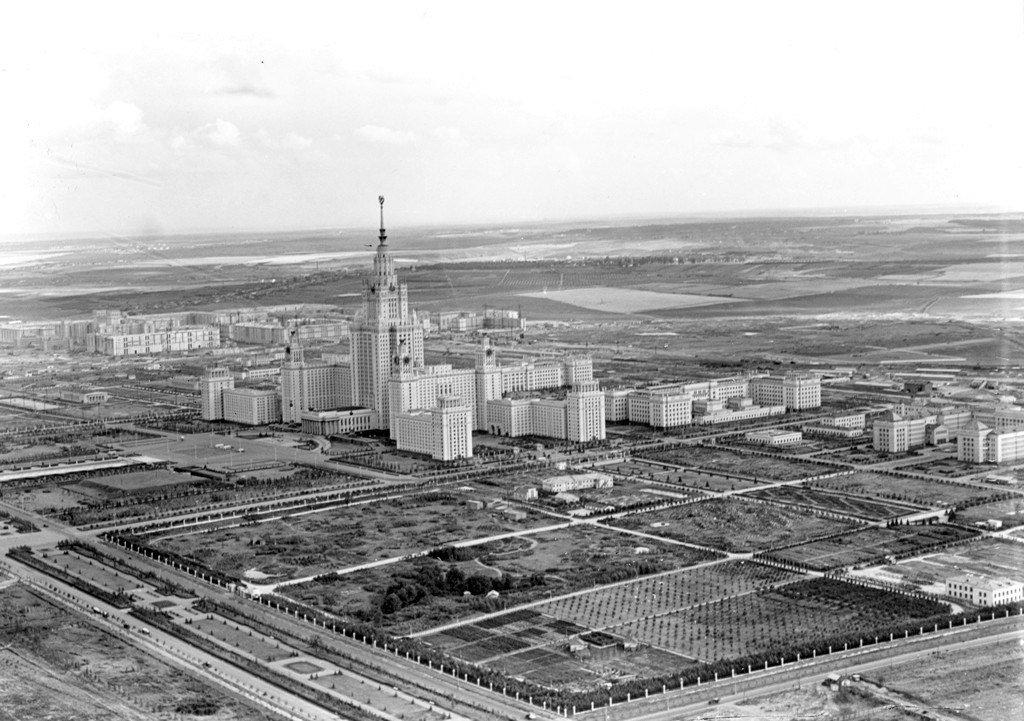 Не сразу Москва строилась...  МГУ, 1956 год.   #всеомоскве #москва #фото #ретро #мгу #высотка pic.twitter.com/Rk2Ym7TAyr