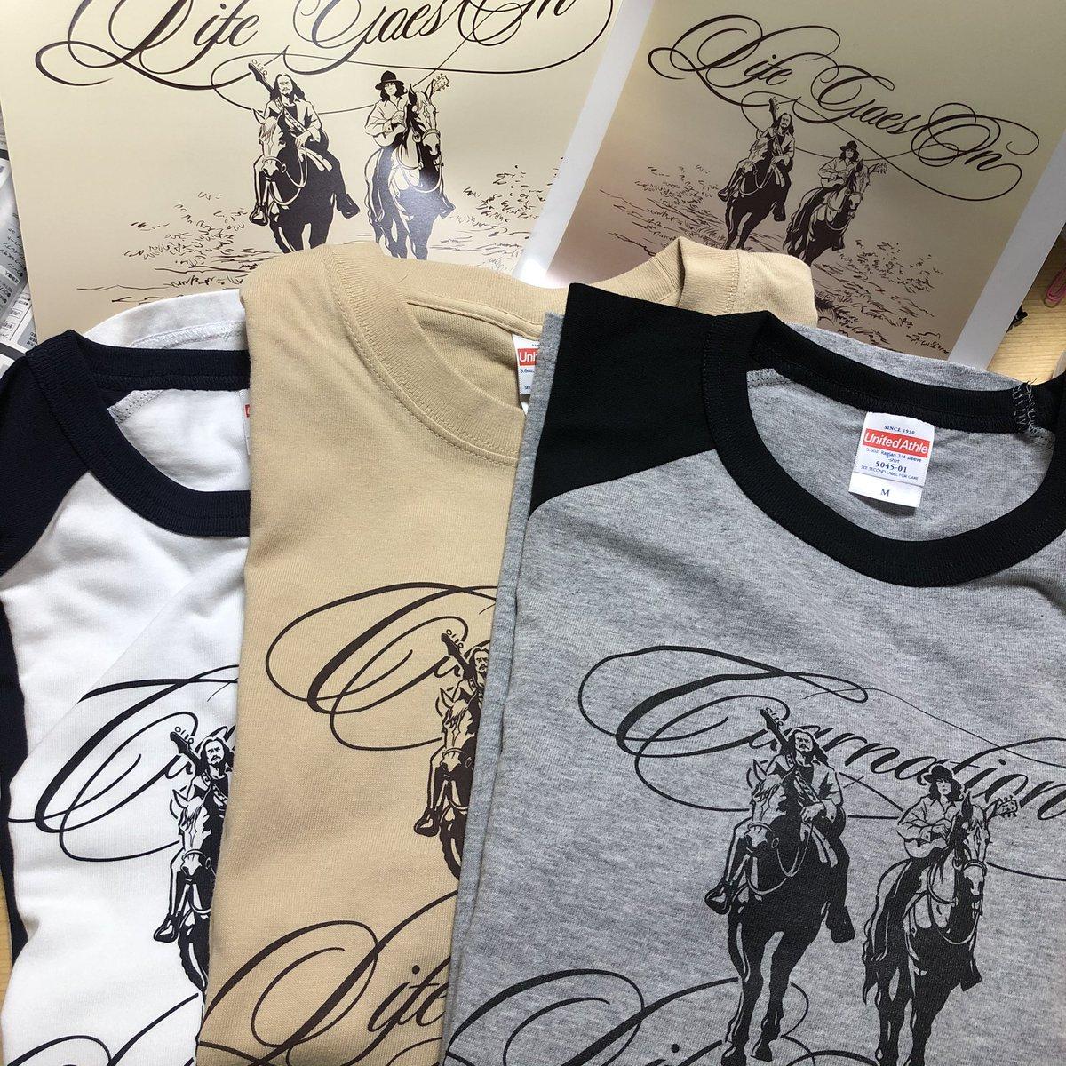 【LIFE GOES ON Merchandise】明後日からのカーネーションtourで販売する新アイテム🐎久しぶりにラグランTシャツ登場!クリアファイル、ポスターも作りました✨クレジットカード使用可能。大阪・名古屋は終演後にサイン会を予定しております。ぜひ物販コーナーへ!