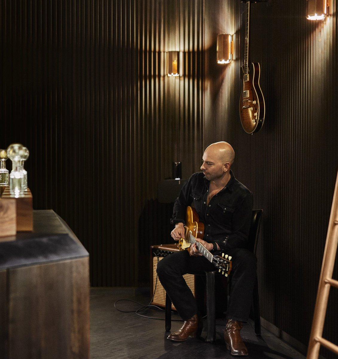 ミラノ店では時々ジュリアンがギターを演奏しています。ソフィアコッポラ監督が来店された時は「ギター弾きのおじさんを演じたよ。帽子を置いておいたらチップくれたかも。」と。 ギター:ギブソン レスポール アンプ:Mesa/Boogie Mark V90 #フエギア1833