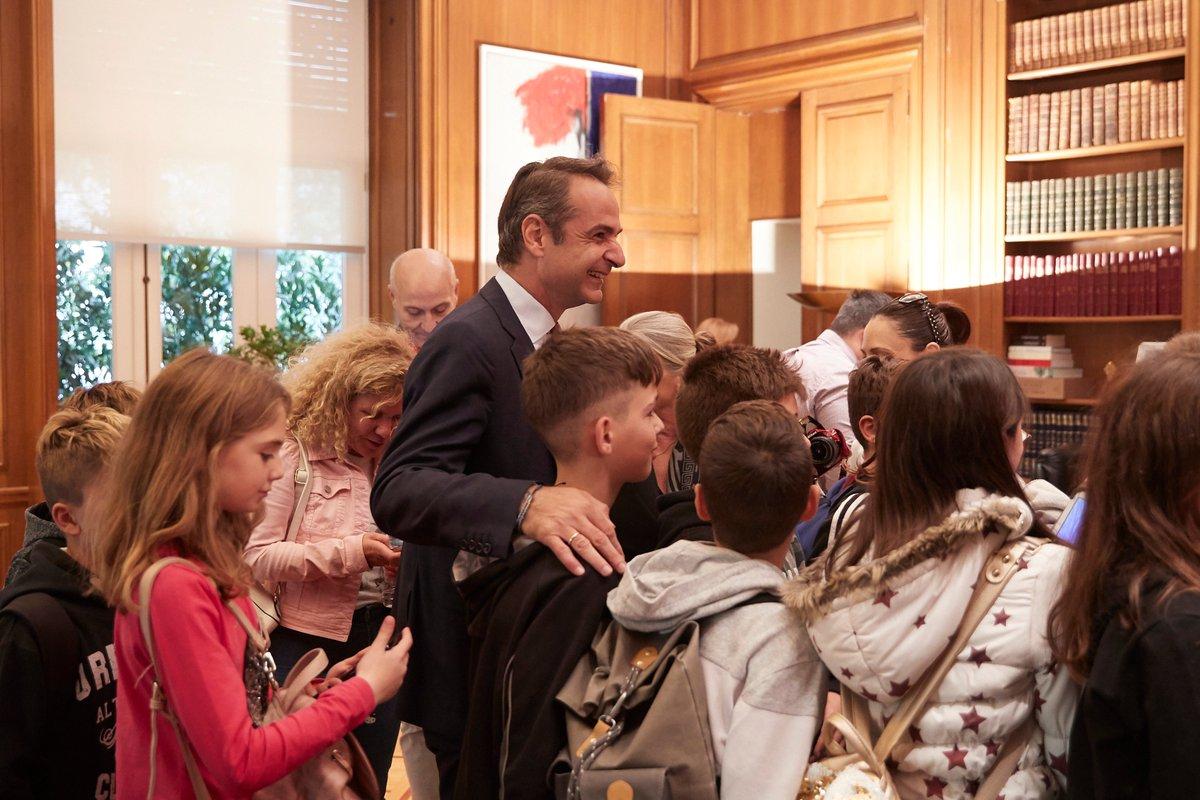 Γυρνώντας από τη Βουλή συνάντησα στην Ηρώδου Αττικού μια ομάδα μαθητών Δημοτικού από τη Σουρωτή Θεσ/κης. Αφού συζητήσαμε για λίγο τους προσκάλεσα στο Μέγαρο Μαξίμου και τους έκανα μια μικρή ξενάγηση. Παιδιά, σας ευχαριστώ για το όμορφο αυτό διάλειμμα & σας εύχομαι κάθε πρόοδο!