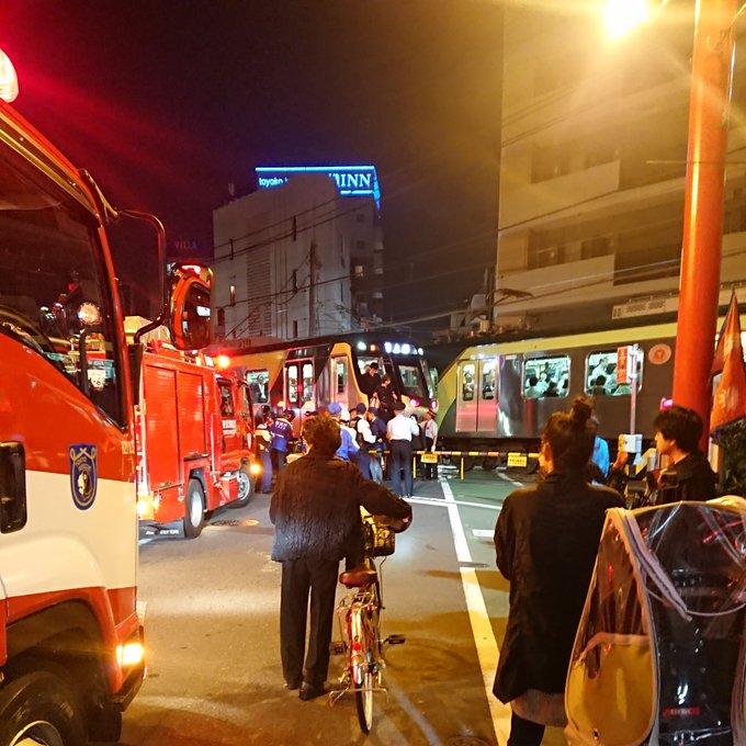 東急池上線の人身事故で救護活動している現場の画像