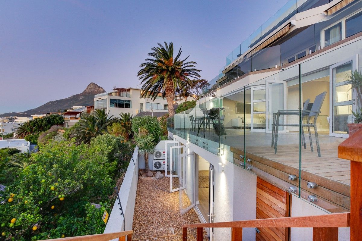 Swoon over the magnificent #CampsBay #sunsets at #HoughtonViewsApartment.Located within a 10 minute walk to the #beach &restaurants,enjoy relaxing in style. https://buff.ly/324Qxfx  #travel #holiday #getaway #luxury #accommodation #campsbay #capetown #staywithnox #noxholiday #sea