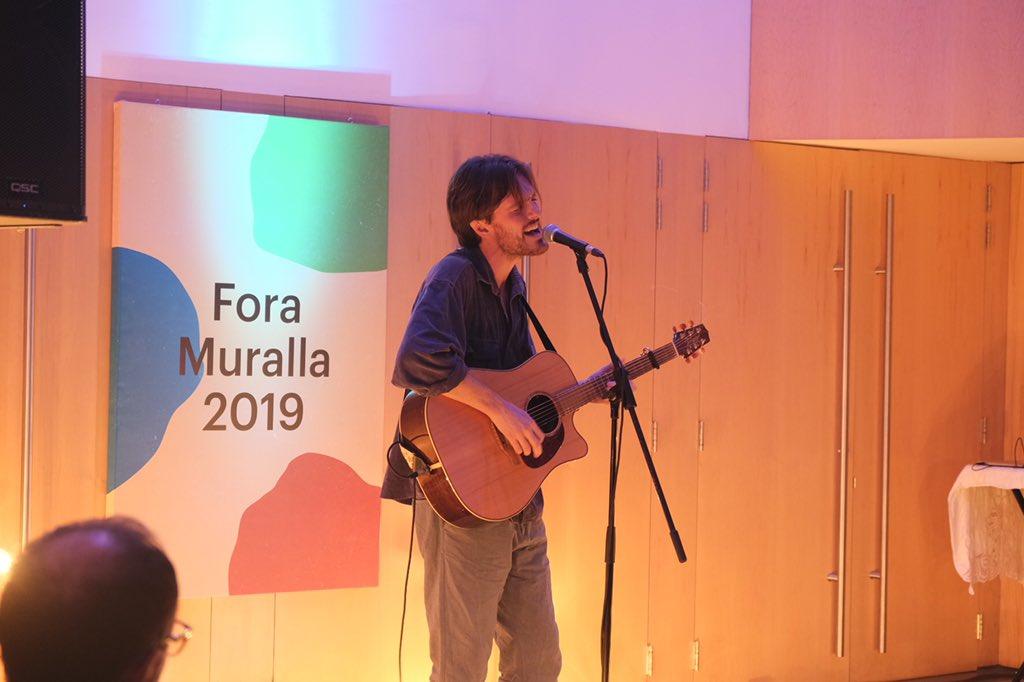Sam Berridge cosa fina! Avui ha tocat en solitari per primer cop després de 8 anys i ens ha regalat les seves precioses cançons en prímicia. #foramuralla2019 https://t.co/dM3IW5koeJ