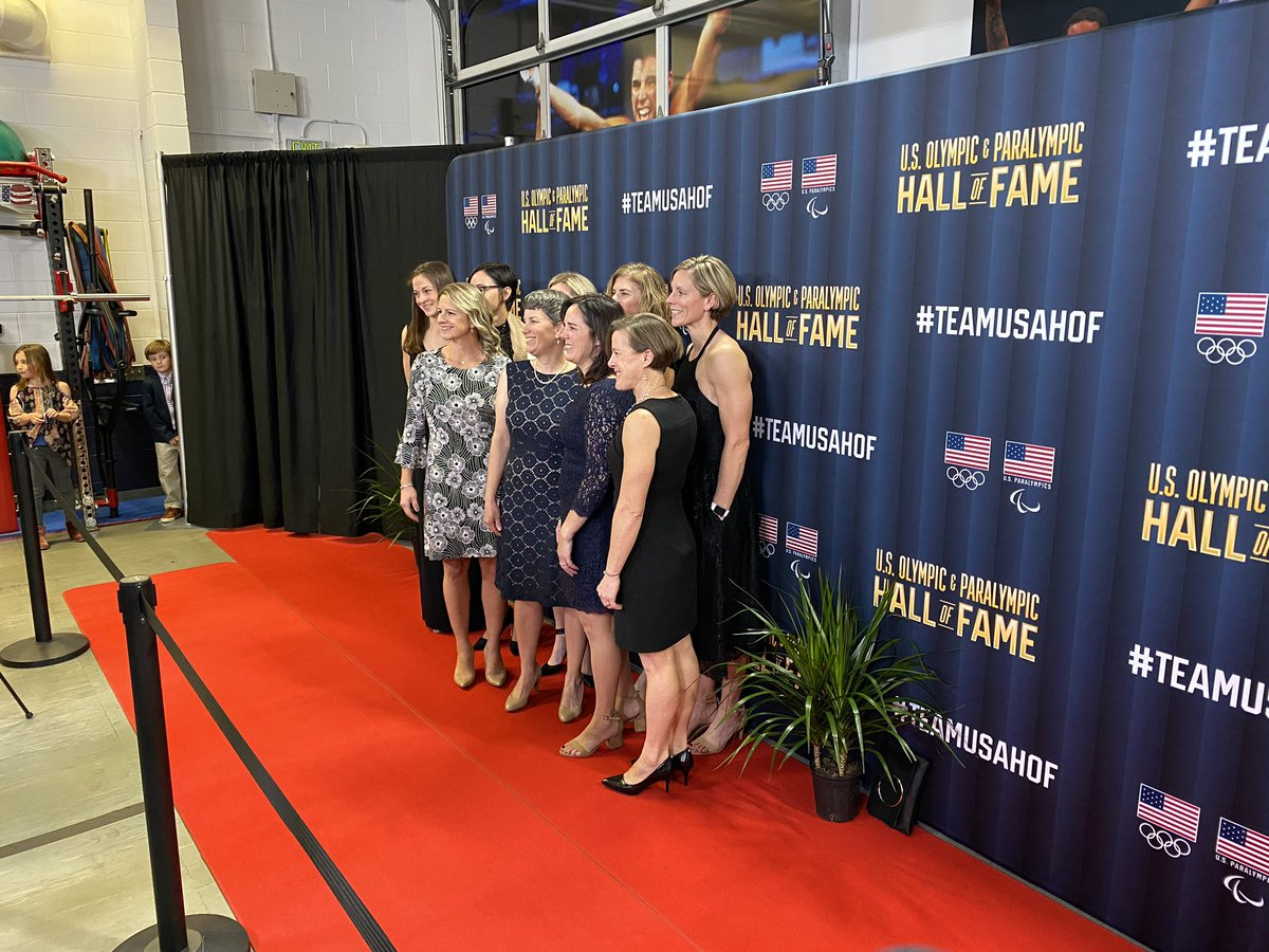 The 1998 U.S. Olympic Women's Hockey Team was all smiles on the #TeamUSAHOF red carpet! 🇺🇸