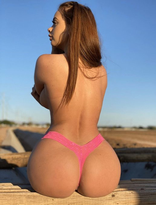 Waiting for a cute farm boy to swoop me up 😍 https://t.co/f73E6BCR2R  #allisonparker #premiumsnap #booty