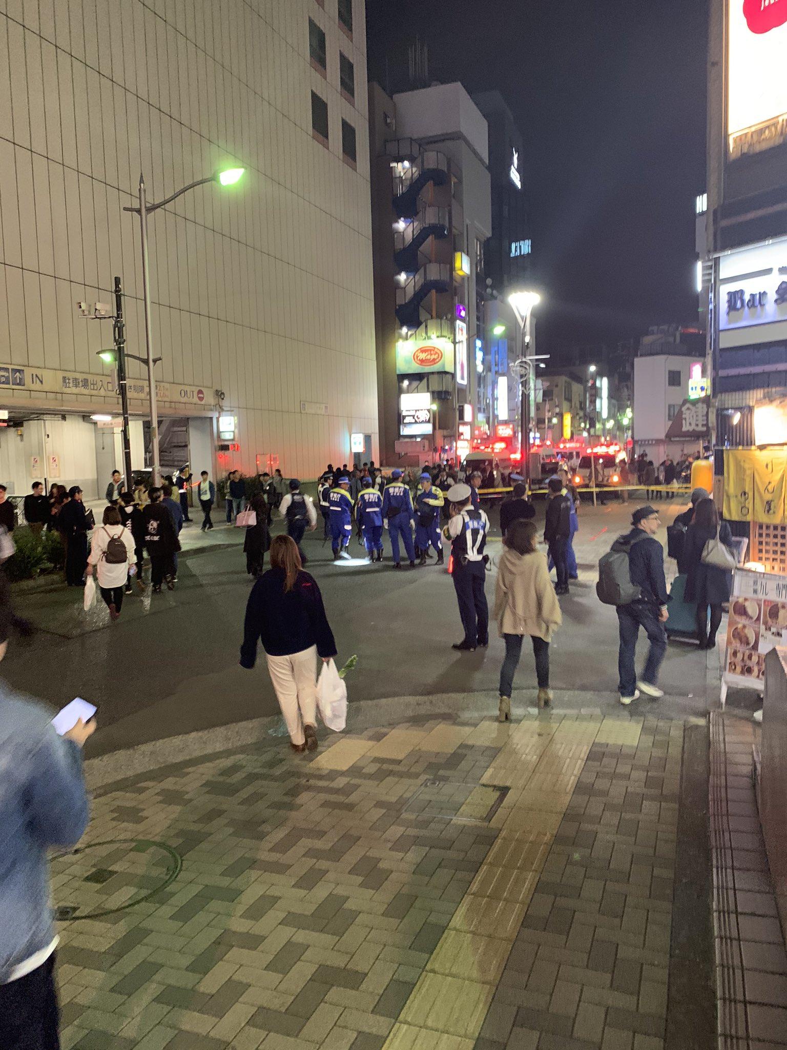 立川駅前の事故またはひき逃げ事件で現場検証している画像