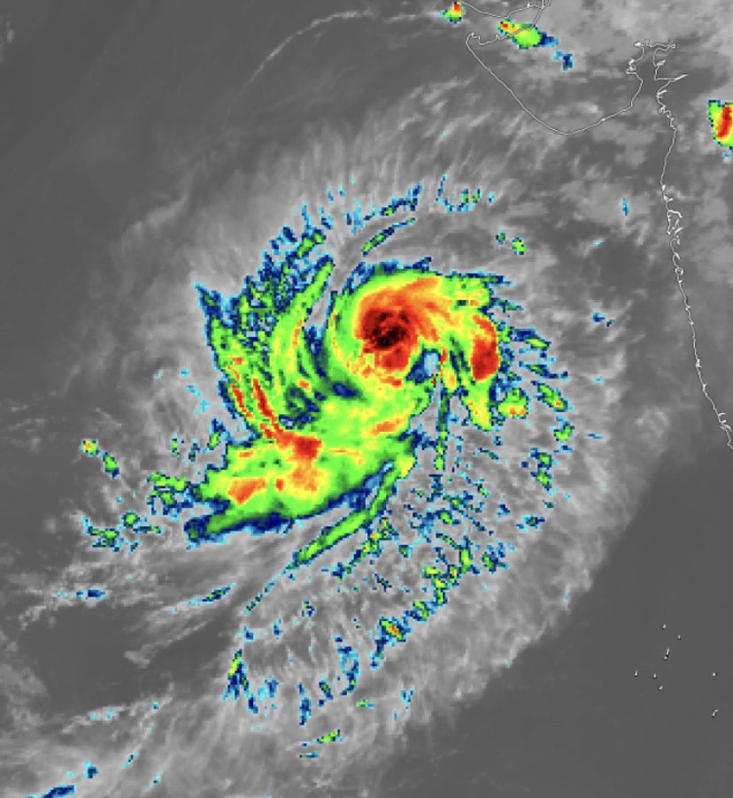 Severe cyclonic storm Maha at 520 km SSW of Veraval, likely to re-curve towards Gujarat after November 4 but to weaken afterwards