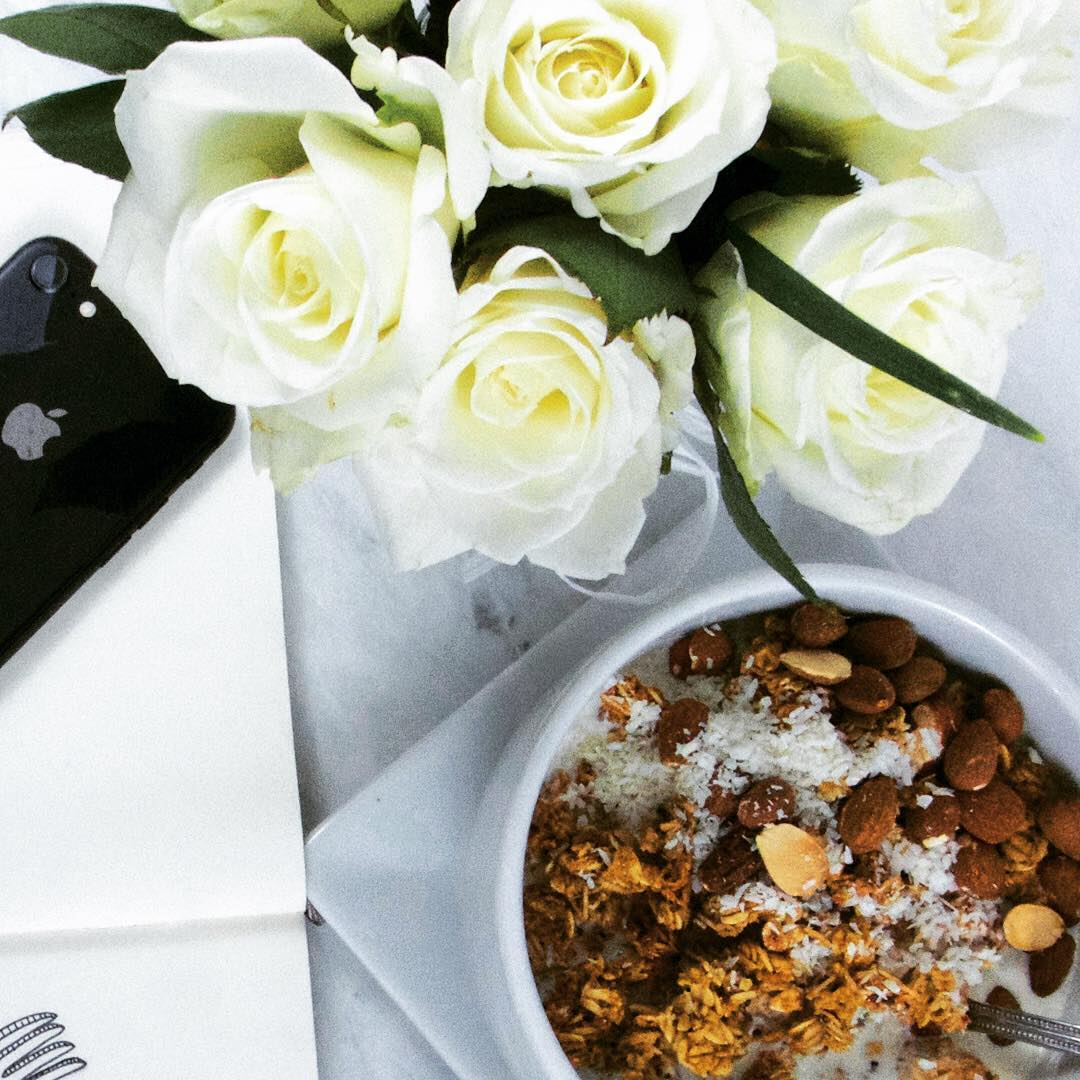 Nothing makes my day like a big bowl of plant based protein! Flowers are nice too... https://bit.ly/2N5ZRK2  #fancybreakfast #plantbased #vegan #healthy #HomestyleGranola #granola #oats #healthyfood #roses #yogurtbowlpic.twitter.com/0DRMFt7g3T