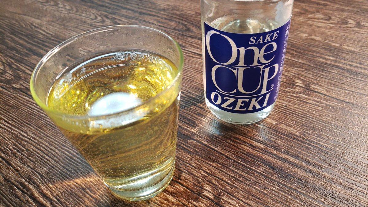 レンジと白だしを使うと心温まる  「日本酒の出汁割り」  が簡単にできるの、飲兵衛に最高のライフハックだと思う  耐熱グラスに水100cc、白だし大1、日本酒大3入れラップせず1分30秒チンするだけ  出汁の優しい味に日本酒の香りがたまらない  もうこれはスープ、アルコール入りの滋味溢れるスープだよ