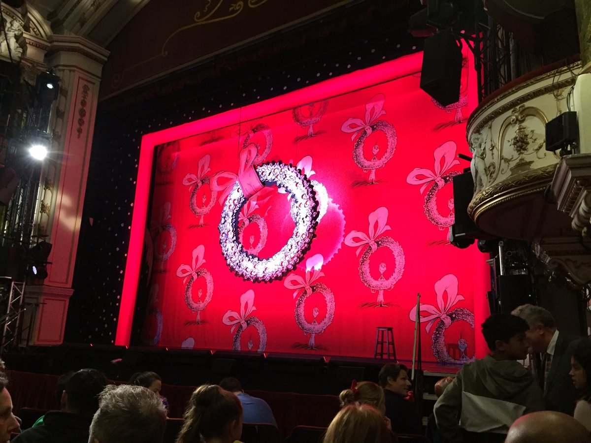 Christmas is here! How The Grinch Stole Christmas @NewWimbTheatre https://t.co/tNQaJ8Nnr6