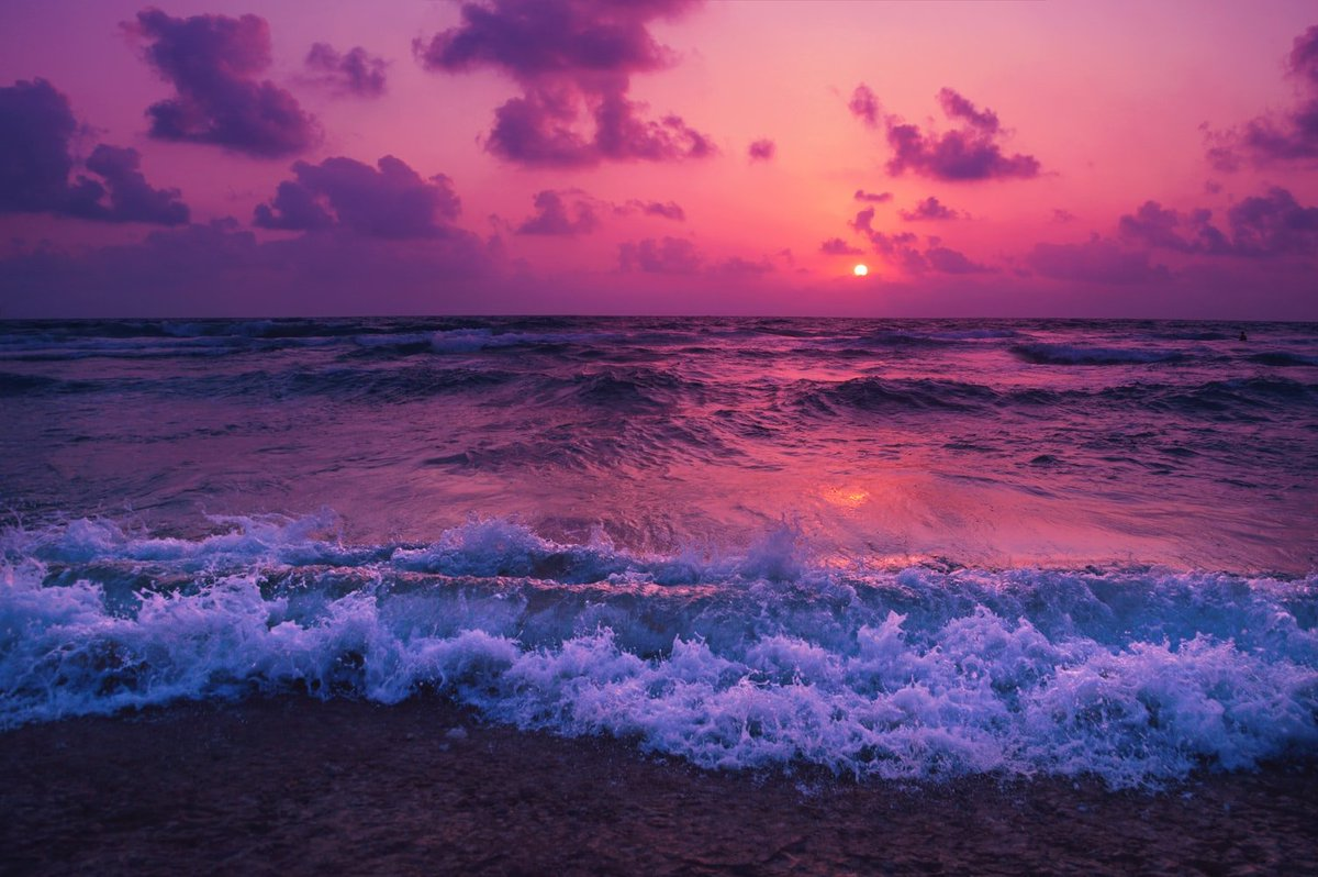 What would your characters do on this beach?  Dawn and dusk, sunrise and sunset. They signal a new day, or the end of the day just gone. Is it a romantic walk? A lonely stroll?  #amwriting #writingcommunity #writingprompt https://t.co/973pgfKTbN