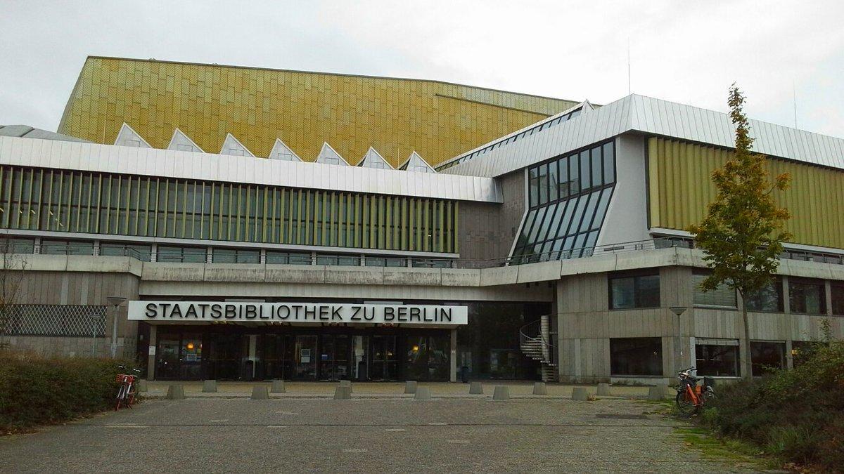 Meravigliosa la Biblioteca di Berlino progettata da #HansScharoun nel 1967... Berlino Ovest aveva bisogno di una nuova biblioteca perché laltra era rimasta a Berlino Est dopo la costruzione del muro... #BerlinWall30