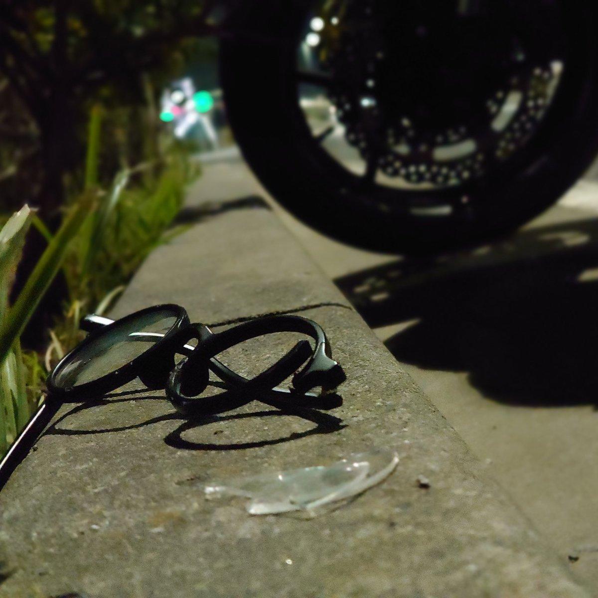 いろいろある現場ですが、 本日は自分の眼鏡を粉砕。  呪われし現場。南無。  #眼鏡 #現場 #壊れる #playapart