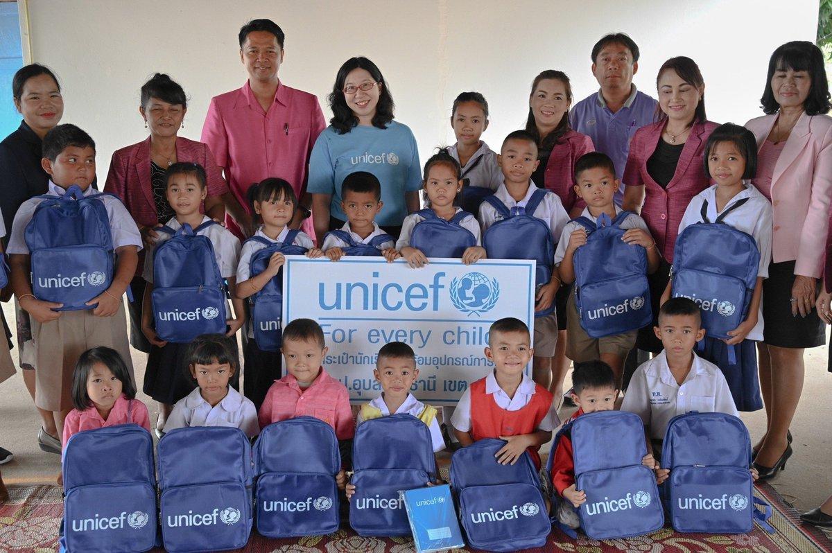 เมื่อวานนี้ ยูนิเซฟ ประเทศไทย และ ก.ศึกษาธิการ ได้มอบกระเป๋าและอุปกรณ์การเรียน แก่โรงเรียน 16 แห่ง ที่ได้รับผลกระทบจาก #น้ำท่วม จ.อุบลราชธานี เพื่อให้พวกเด็กๆ ได้ใช้ช่วงเปิดภาคเรียนใหม่ และช่วยแบ่งเบาภาระค่าใช้จ่ายของผู้ปกครอง