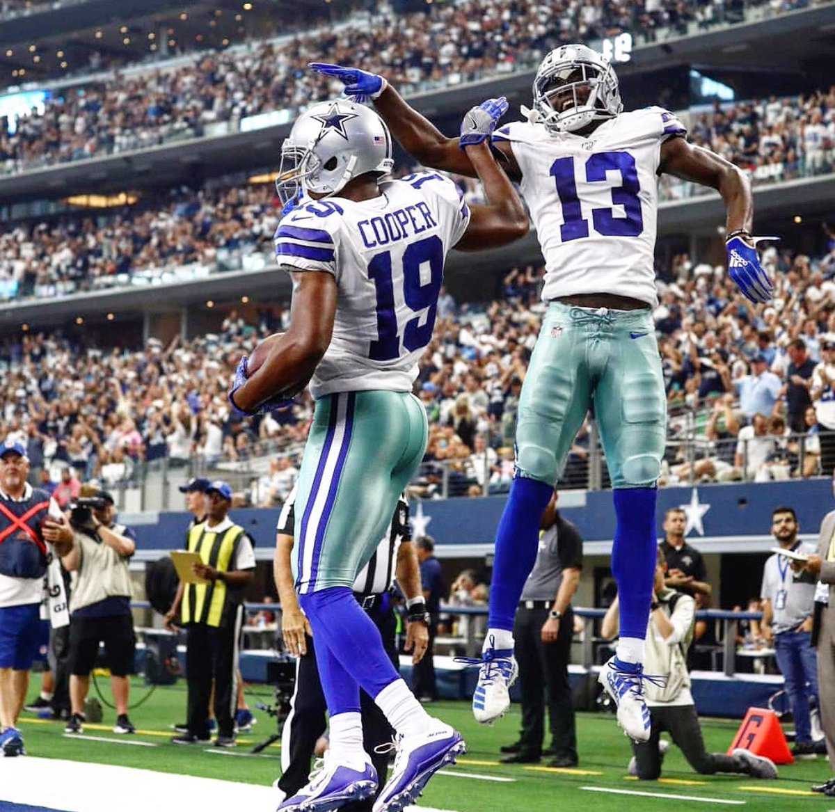 Bout that hype 🤞🏾⚠️🍎 #MondayNightLights @DallasCowboys https://t.co/kf1aSyec4S