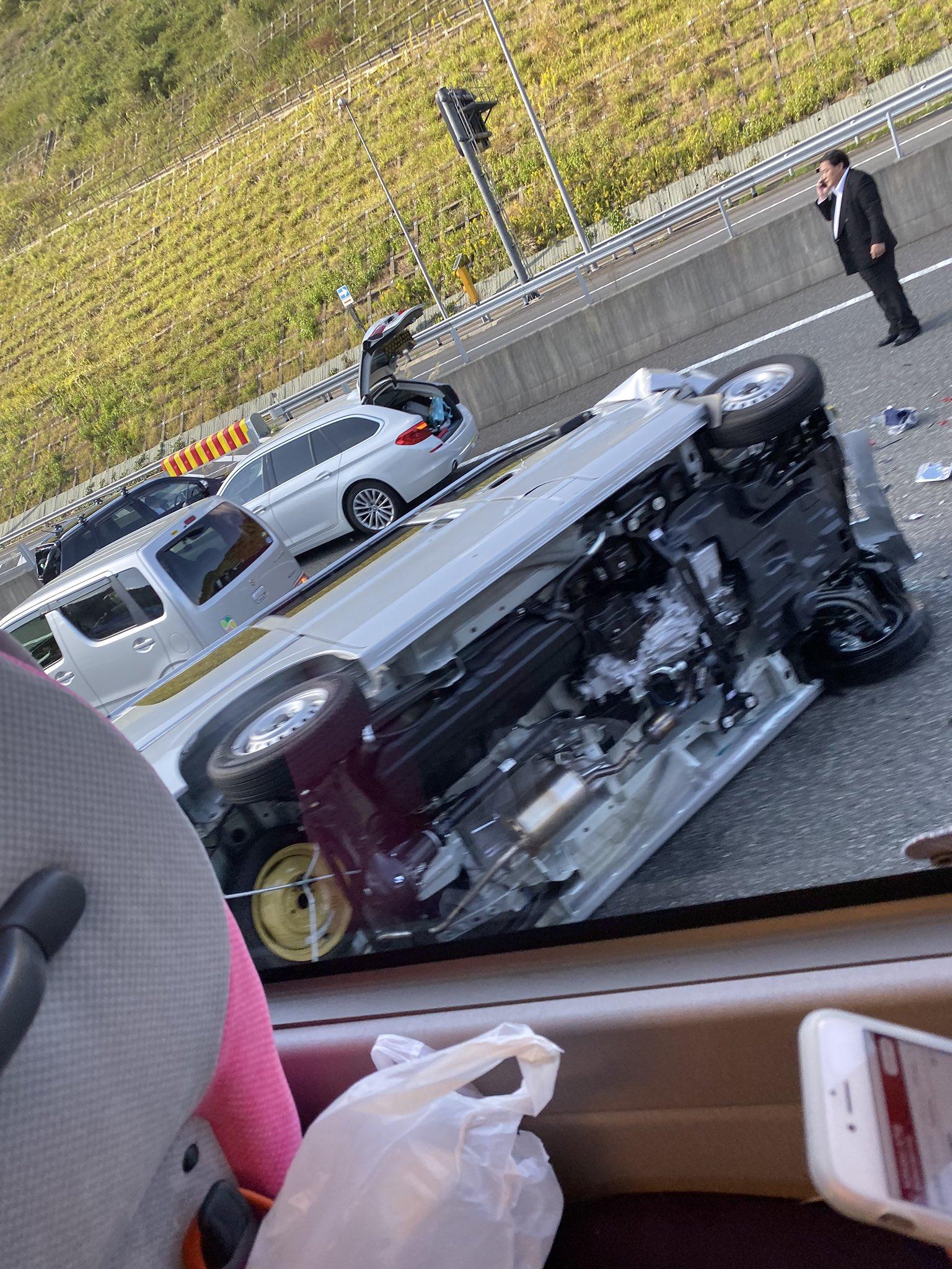 新東名の藤枝岡部IC付近の玉突き事故の画像