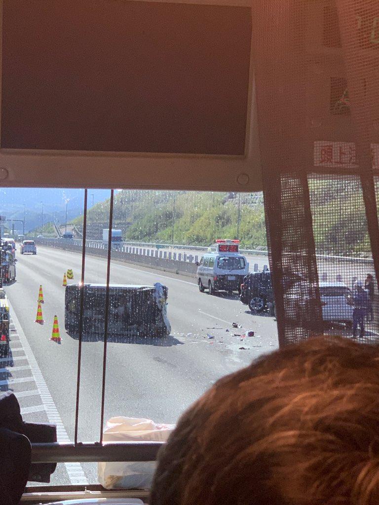 新東名の多重事故で車が横転している画像