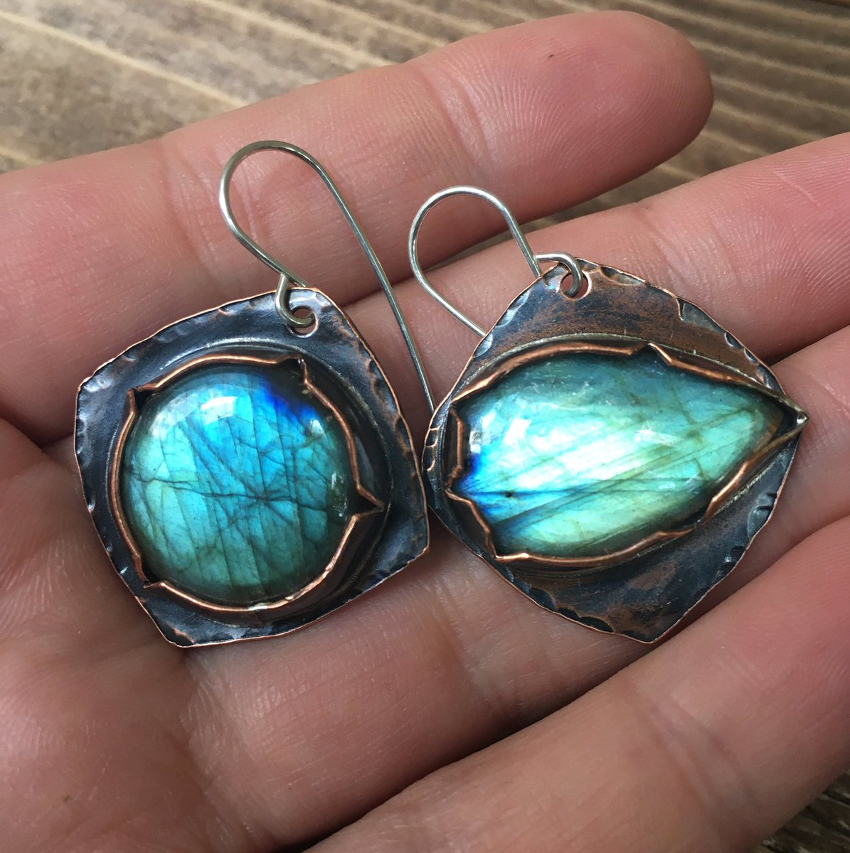 A few fresh pairs of earrings are now available on #etsy . #metalsmithing #labradoriteearrings #copperearrings #copperjewelry #copperjewellery #oneofakind #oneofakindjewelry #medievalstyle #vikingstyle #rustic #rusticjewelry #rusticjewellery #sigilstonestudio #estoniandesigner pic.twitter.com/q5cijQAmho