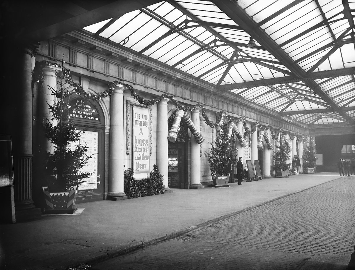 EInHqAFWkAAsY4Z - London rail stations' bygone Xmases
