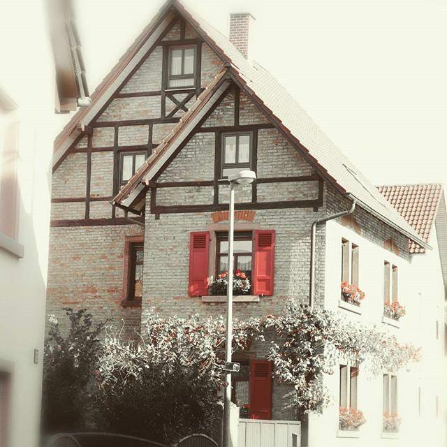 Süßes Häuschen in Hirschberg an der Bergstraße.  #homesweethome #Heimat #marcmachtblau #meinrnk #swfotografie  #Rot #Red #House #Haus #Fachwerk #Gebäude #architektur #Germany https://ift.tt/36yx9ulpic.twitter.com/Brl3m2EgB9